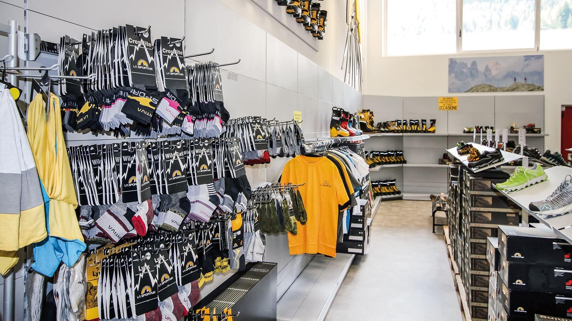 scaffali per attrezzature sportive e negozi di sport