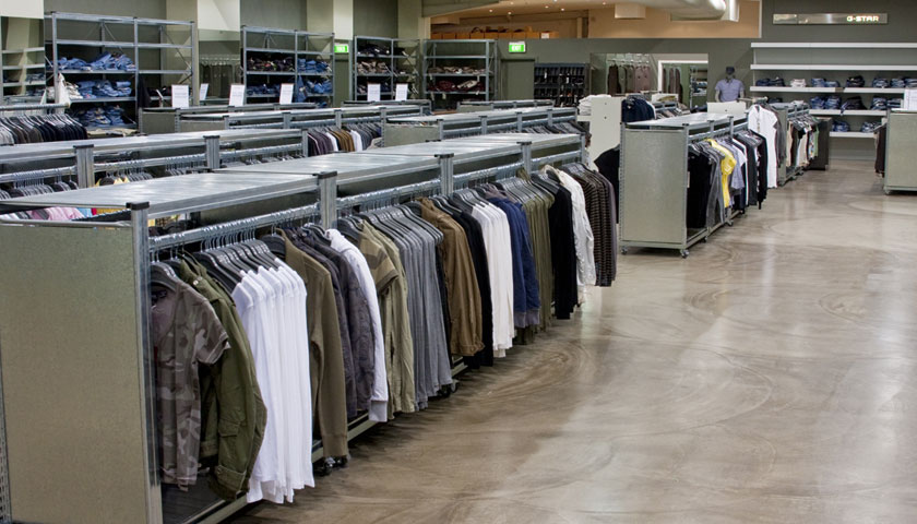 scaffali negozio abbigliamento